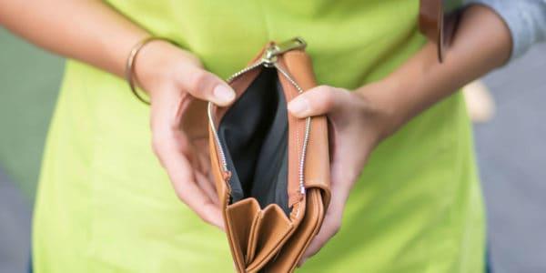 Frau leerer Geldbeutel kein Geld